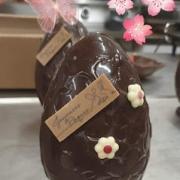 Oeuf de Pâques fleuri au chocolat au lait
